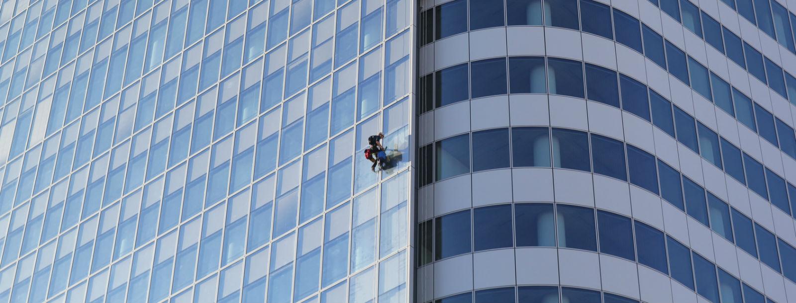 homme encordé sur une façade haute