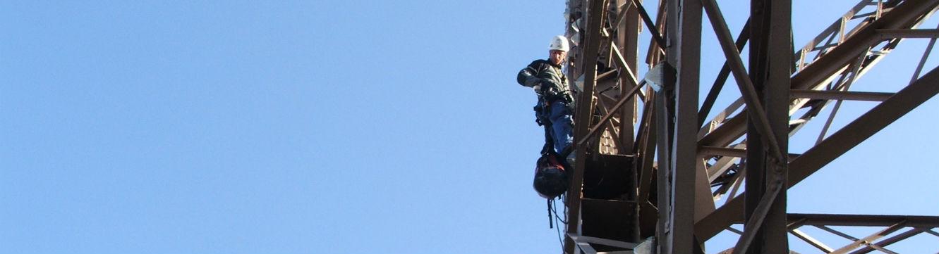 Un technicien monteur pylone effectue des opérations de montage