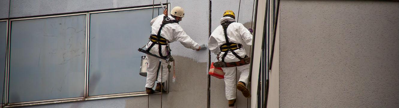 Deux techniciens cordistes en intervention sur des cordes