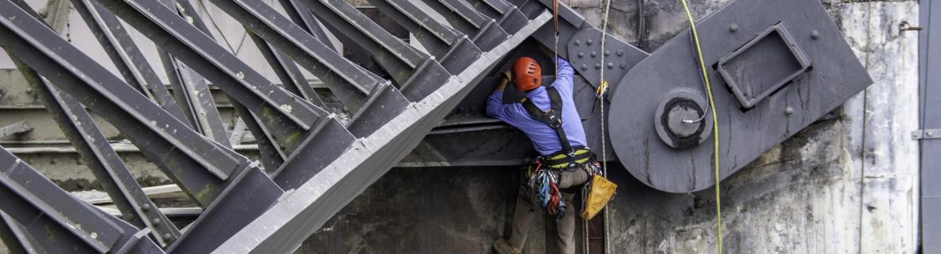 Un cordiste travaille sur la façade d'un bâtiment